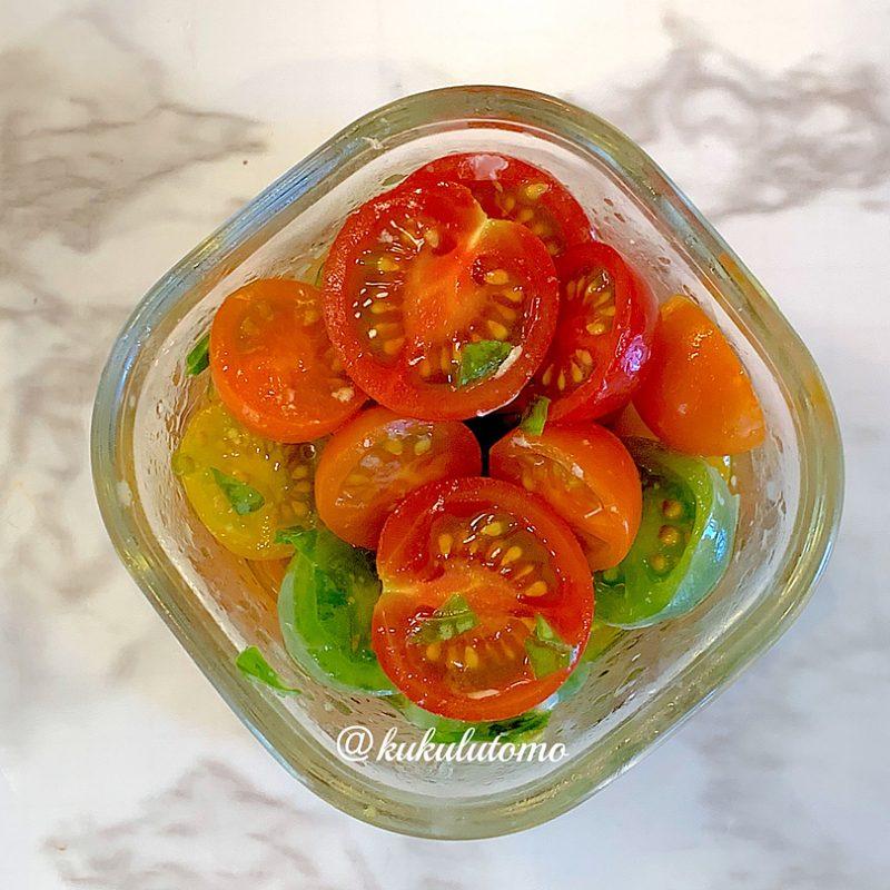 トマト、オリーブオイル、バジル、ブラックペッパーを混ぜ合わせ、冷蔵庫で冷やします