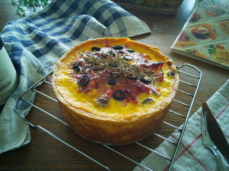 生ハムと3種のチーズ、夏野菜の贅沢キッシュ