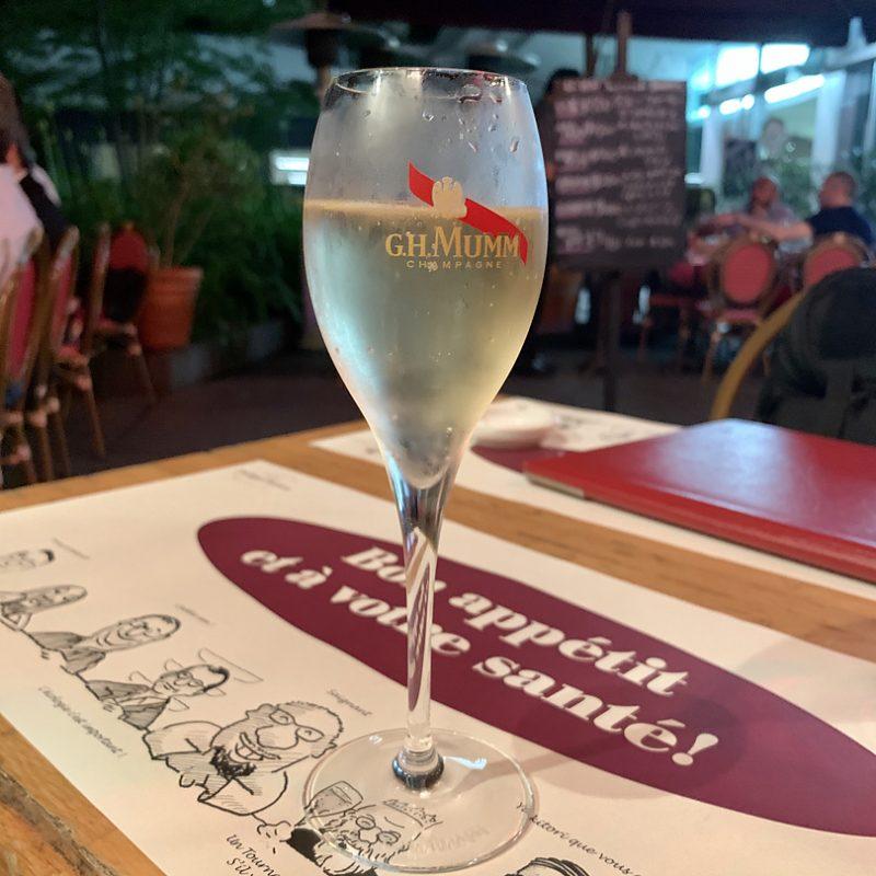 フランスで有名なシャンパーニュ、G.H.マムのグラスで登場
