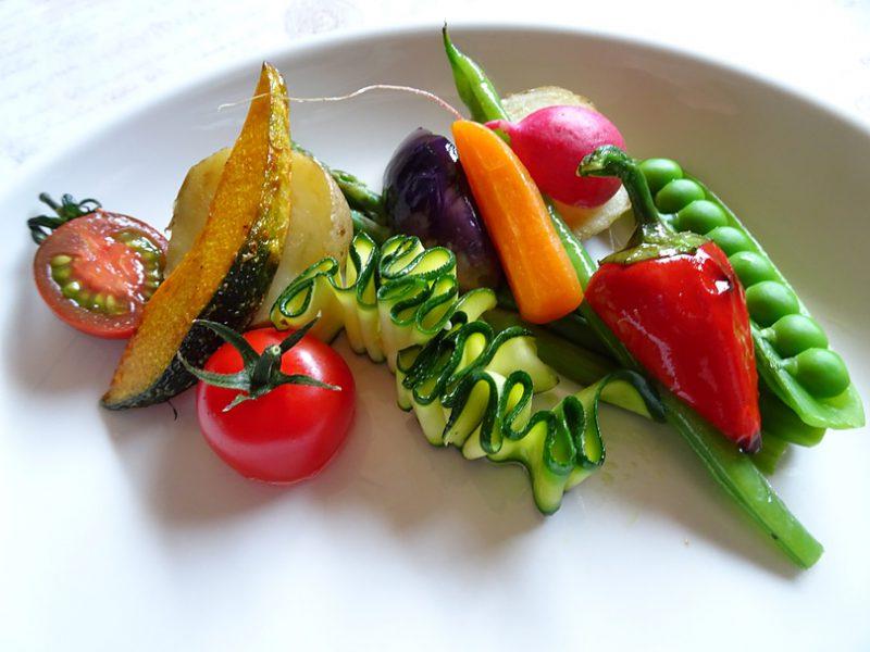 付け合わせ野菜を盛り付けます