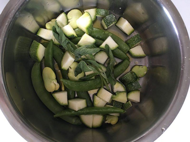 空豆は鞘から外して皮を剥き、スナップえんどうは筋を取る。ズッキーニは縦に4等分して5mmの厚みに切る