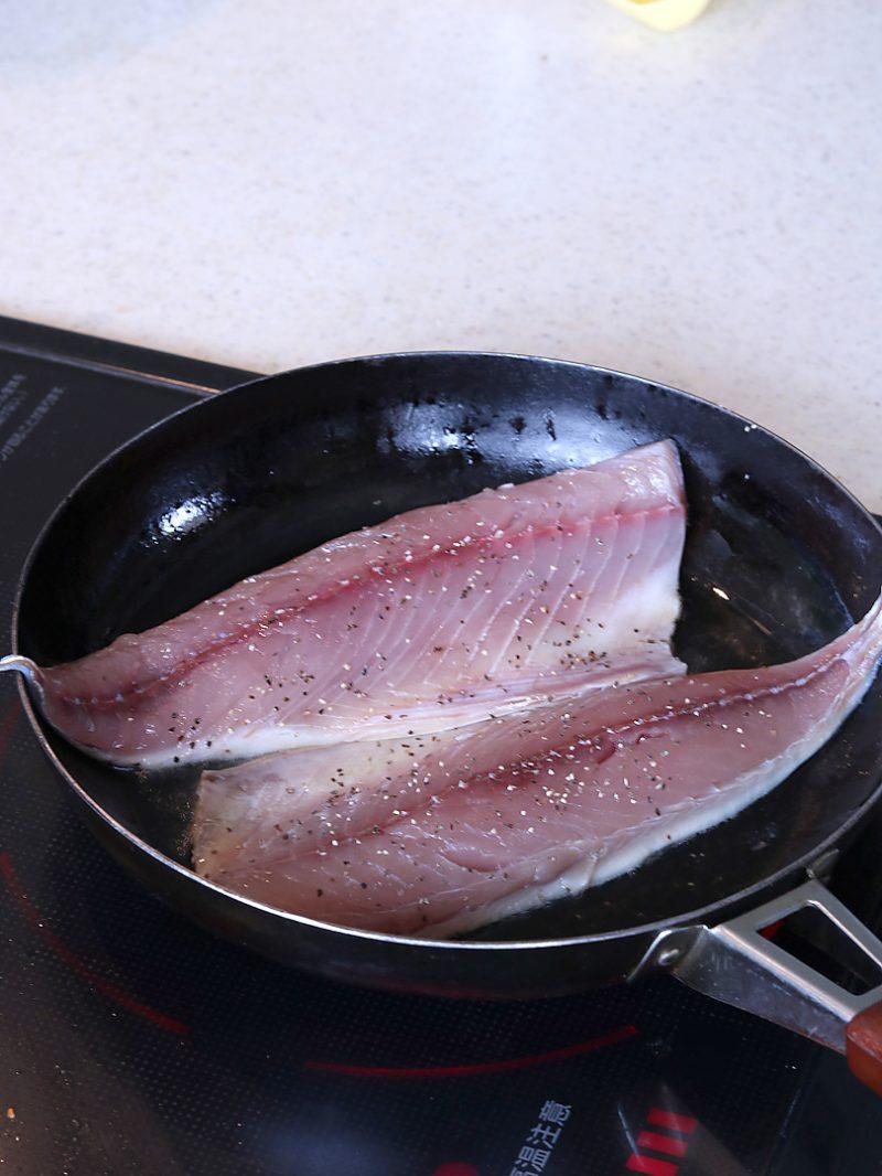 フライパンにオリーブオイルを入れて、鯖を皮目を下にして焼き、焼き色がついたら裏返して軽く焼いて一旦取り出します