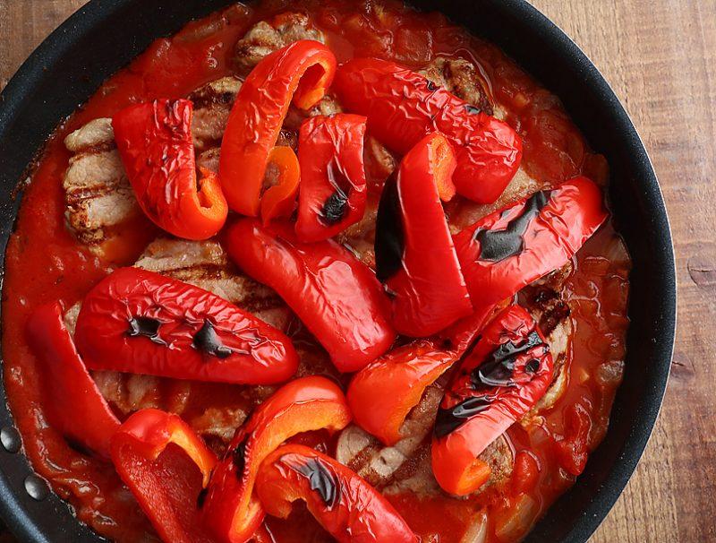 トマト缶、水、コンソメ、キャラウェイシード、パプリカパウダーを加えて少し煮詰める