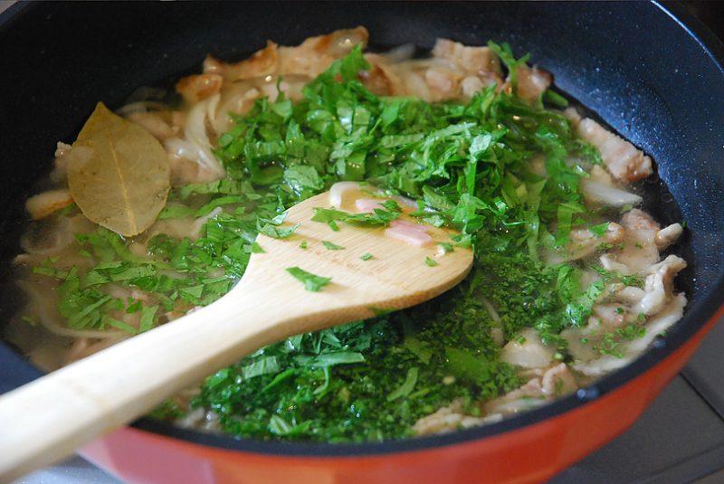 玉ねぎがしんなりしてきたら材料がひたひたになるくらいの水を加え、セロリ、パセリ、ローリエを加えます