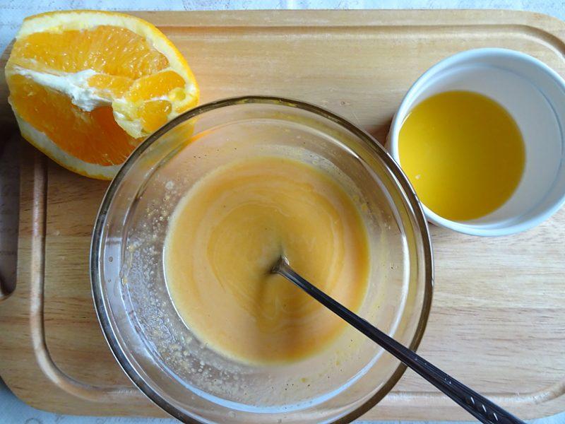 ソースを湯煎にかけてチーズを溶かしてとろっとするまで混ぜます