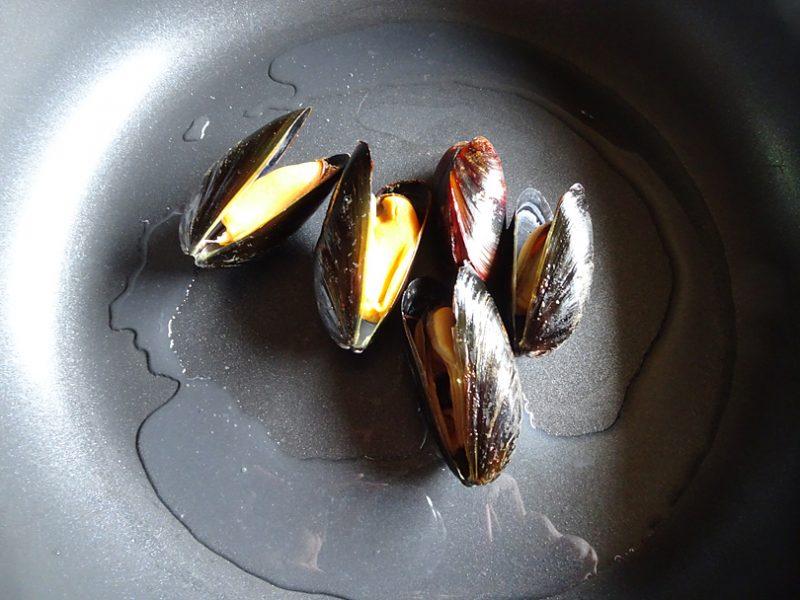 ムール貝はフライパンに入れて白ワインを加えて、蓋をして蒸し焼きにします
