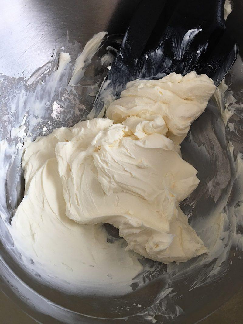 ボウルにクリームチーズを入れ、ゴムベラで滑らかにする