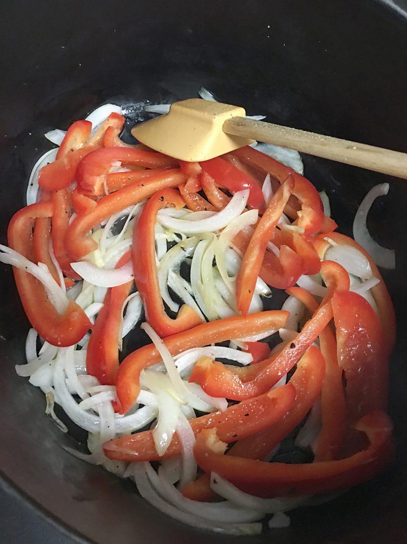 玉ねぎとにんにく、パプリカを炒めて塩胡椒する
