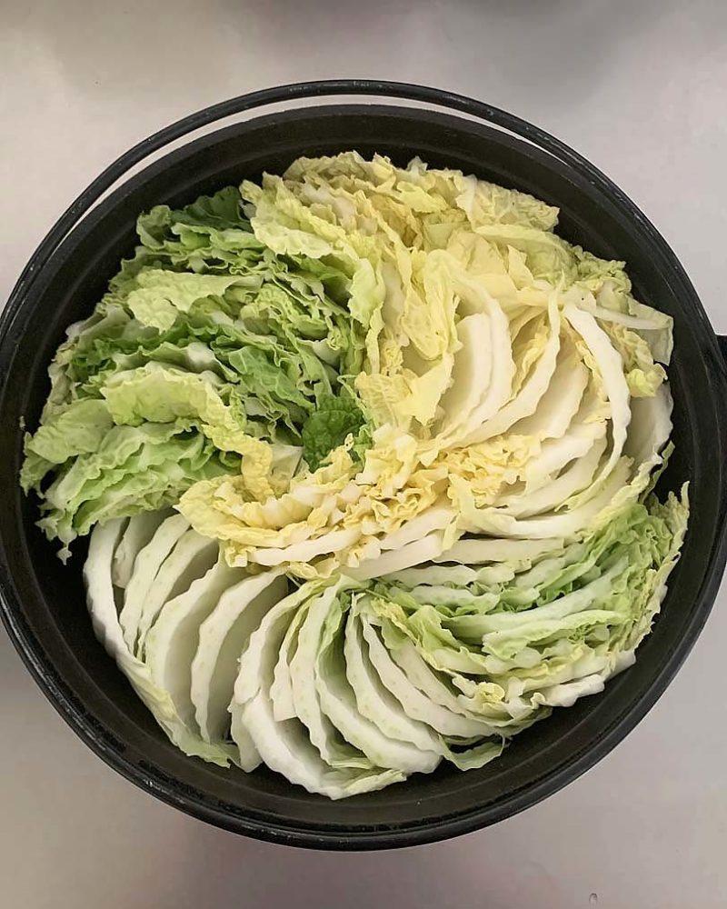 白菜を鍋に敷きつめます