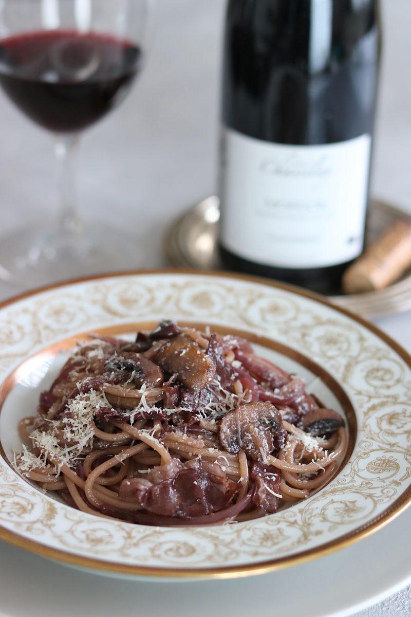 生ハムとマッシュルームの赤ワインを使ったパスタ