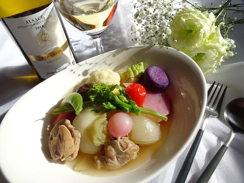 フルーティな白ワインに合うチキンと彩り野菜のポトフ