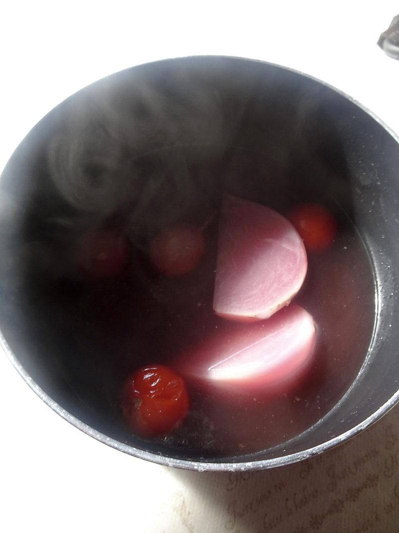 赤かぶとラディッシュは別の小鍋のブイヨンで柔らかくなるまで煮込む