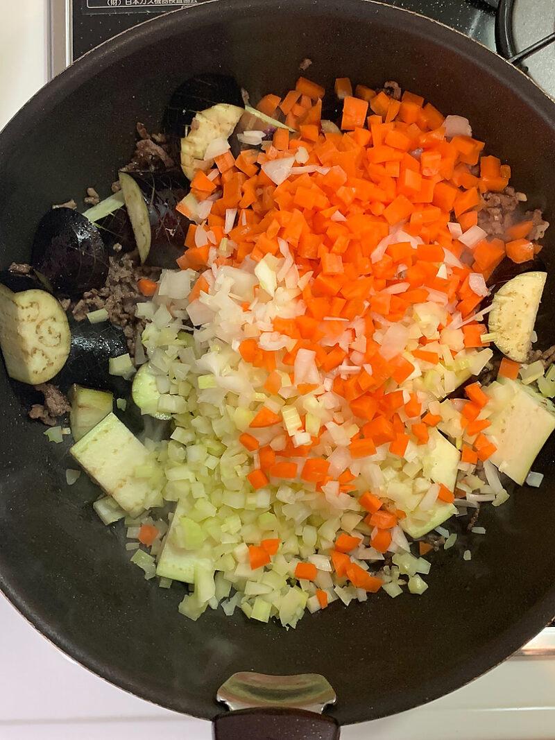 野菜も続々と入れて炒めます